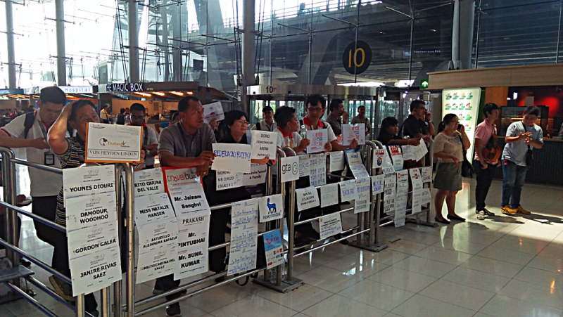 bangkok-international-airport-greeters-credit-www.accidentaltravelwriter.net