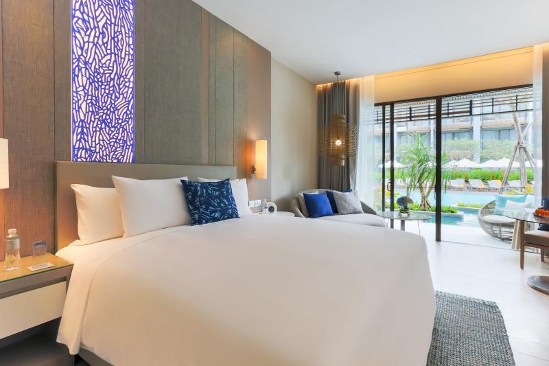 Thailand-pattaya-hotel-Renaissance-Deluxe-PoolAccess