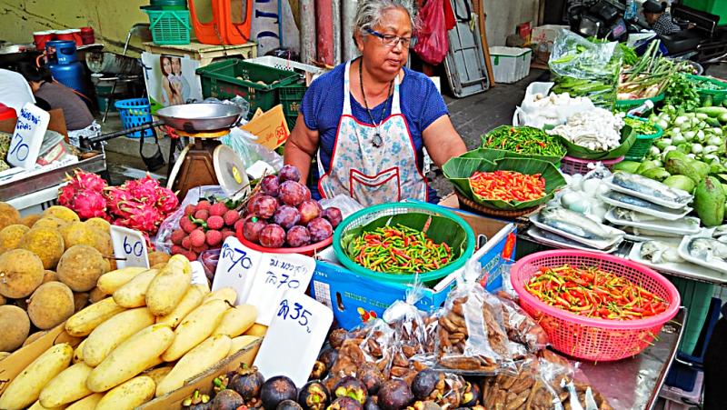 bang-ran-market-vegetable-vendor-selling-vegetables