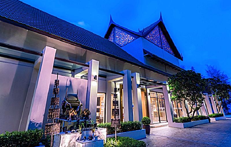 Manathai-phuket-surin-beach-hotel-entrance